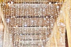 Galleri som fästas till det Rinascente lagret som dekoreras med härliga LEDDE girlander för julferierna arkivfoto