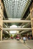 Galleria av Berlin Köpcentrum en modern mång--lager byggnad som göras av exponeringsglas royaltyfri bild