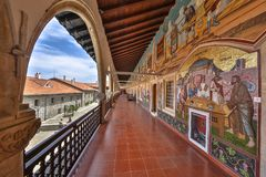 Galleria con i mosaici religiosi in monastero Fotografia Stock Libera da Diritti