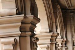 Galleria delle colonne del calcare in cortile Fotografia Stock Libera da Diritti