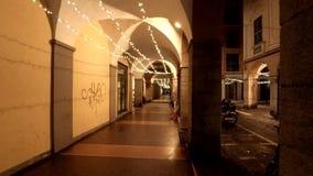 Galleria di notte durante il tempo di Natale archivi video