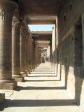 Galleria lunga al tempiale di Philae, Egitto Fotografie Stock Libere da Diritti