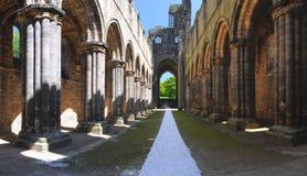 Galleria principale delle rovine dell'abbazia di Kirkstall, Leeds, Regno Unito Immagini Stock Libere da Diritti