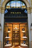 Galleria Vittorio Emanuele II de winkelvenster Milaan van de luxekleding stock afbeelding