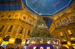 Galleria Vittorio Emanuele II en Milán con el árbol de navidad iluminado y las luces, Italia foto de archivo