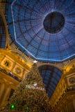 Galleria Vittorio Emanuele II en Milán con el árbol de navidad iluminado y las luces, Italia imagen de archivo