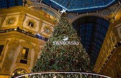 Galleria Vittorio Emanuele II en Milán con el árbol de navidad iluminado y las luces, Italia fotografía de archivo libre de regalías