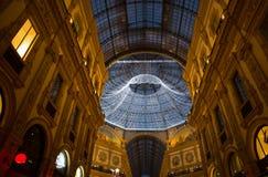 Galleria Vittorio Emanuele II w Mediolan z choinką iluminował i światła, Włochy obraz royalty free