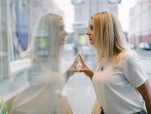 Gallerian för shoppingkvinnaförsäljningen ställer ut stadsbegrepp Royaltyfria Foton