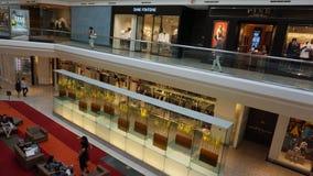 Gallerian på korta kullar i nytt - ärmlös tröja royaltyfria bilder