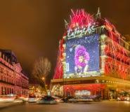 Gallerier Lafayette i en vinternatt i Paris royaltyfri fotografi