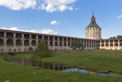 Gallerifästningväggar och Ferapontovskii (Moskovskaya) står högt den Kirillo-Belozersky kloster royaltyfri foto