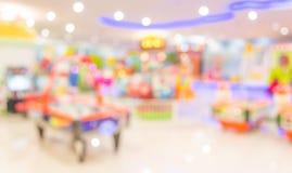 Gallerilekmaskinen shoppar suddighetsbakgrund med bokehbild Royaltyfria Foton