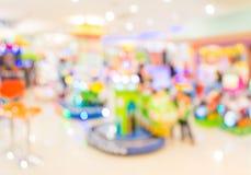 Gallerilekmaskinen shoppar suddighetsbakgrund med bokehbild Royaltyfri Bild
