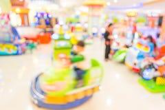 Gallerilekmaskinen shoppar suddighetsbakgrund med bokehbild Fotografering för Bildbyråer