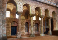 Gallerit av kolonner i inre av Hagia Irene (Sankt Ire Royaltyfri Bild
