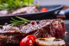 Gallernötköttbiff Delar tjockt gnäller saftiga stekar av fransyska på gallerteflonpannan eller gammalt träbräde Fotografering för Bildbyråer