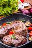 Gallernötköttbiff Delar tjockt gnäller saftiga stekar av fransyska på gallerteflonpannan eller gammalt träbräde Royaltyfri Bild