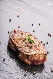 Gallernötköttbiff Delar tjockt gnäller saftiga stekar av fransyska på gallerteflonpannan eller gammalt träbräde Arkivbild