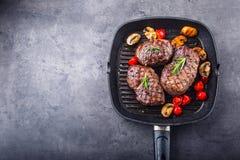Gallernötköttbiff Delar tjockt gnäller saftiga stekar av fransyska på gallerteflonpannan eller gammalt träbräde Royaltyfri Foto