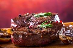 Gallernötköttbiff Delar tjockt gnäller saftiga stekar av fransyska på gallerteflonpannan eller gammalt träbräde Royaltyfri Fotografi