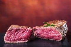 Gallernötköttbiff Delar tjockt gnäller saftiga stekar av fransyska på gallerteflonpannan eller gammalt träbräde Royaltyfria Foton