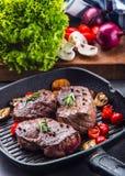 Gallernötköttbiff Delar tjockt gnäller saftiga stekar av fransyska på gallerteflonpannan eller gammalt träbräde Arkivfoton