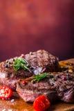 Gallernötköttbiff Delar tjockt gnäller saftiga stekar av fransyska på gallerteflonpannan eller gammalt träbräde Royaltyfria Bilder