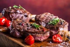 Gallernötköttbiff Delar tjockt gnäller saftiga stekar av fransyska på gallerteflonpannan eller gammalt träbräde Arkivfoto