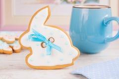 Galleta blanca del pan de jengibre del conejo de conejito de pascua Fotos de archivo