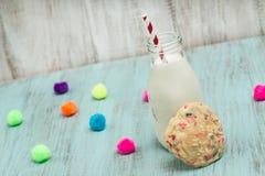 Galleta colorida del confeti con el vidrio de leche y de bolas decorativas imágenes de archivo libres de regalías