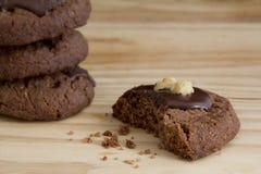 Galleta comida del chocolate en la tabla Imagen de archivo