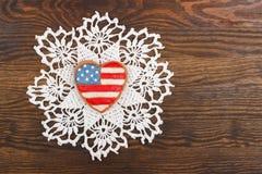 Galleta con colores patrióticos americanos en las manos Foto de archivo