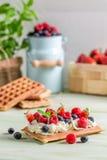Galleta con la fruta poner crema y fresca azotada Fotografía de archivo libre de regalías