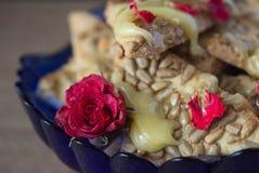 Galleta con la miel y las flores Fotos de archivo
