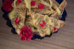 Galleta con la miel y las flores Imágenes de archivo libres de regalías