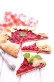 Galleta con las fresas adornadas con la menta Imagen de archivo libre de regalías