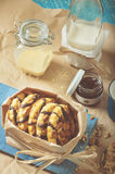 Galleta con los cacahuetes y la formación de hielo del chocolate, tarros de cristal Foto de archivo libre de regalías