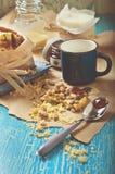 Galleta con los cacahuetes y la formación de hielo del chocolate, taza azul de leche Foto de archivo