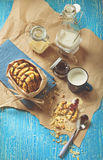Galleta con los cacahuetes y la formación de hielo del chocolate, taza azul de leche Fotos de archivo