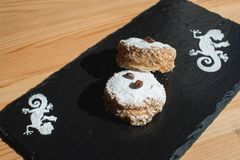 Galleta con milk caramelizada dulce de leche y coco, alfajores tradicionales de las galletas de Argentina Imagen de archivo libre de regalías