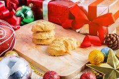 Galleta de almendra y decoración festiva, la Navidad y Año Nuevo encendido Imagenes de archivo
