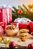 Galleta de almendra y decoración festiva, la Navidad y Año Nuevo encendido Foto de archivo libre de regalías