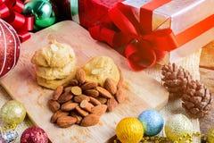 Galleta de almendra y decoración festiva, la Navidad y Año Nuevo encendido Imágenes de archivo libres de regalías