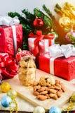 Galleta de almendra y decoración festiva, la Navidad y Año Nuevo encendido Fotos de archivo