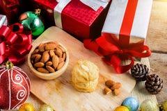 Galleta de almendra y decoración festiva, la Navidad y Año Nuevo encendido Foto de archivo