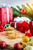 Galleta de almendra y decoración festiva, la Navidad y Año Nuevo encendido Fotografía de archivo