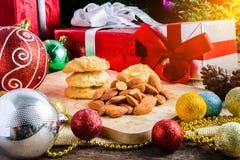 Galleta de almendra y decoración festiva, la Navidad y Año Nuevo encendido Fotografía de archivo libre de regalías