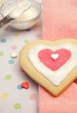 Galleta de azúcar helada bastante en forma de corazón Fotos de archivo libres de regalías
