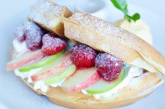 Galleta de la fruta de la miel con helado Fotografía de archivo libre de regalías